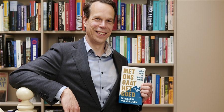 Peter Hein van Mulligen met zijn nieuwe boek: 'Met ons gaat het nog altijd goed.'