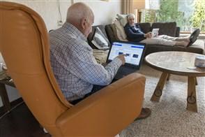 Een ouder echtpaar koopt online