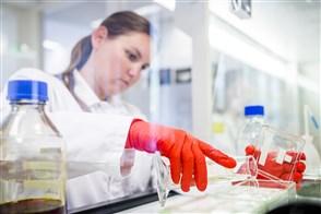 Laborant doet fecesanalyses in het laboratorium
