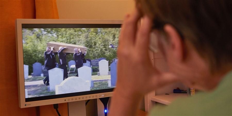 Op de computer online  een begrafenis en de kerkdienst bij de begrafenis volgen in tijden van corona.