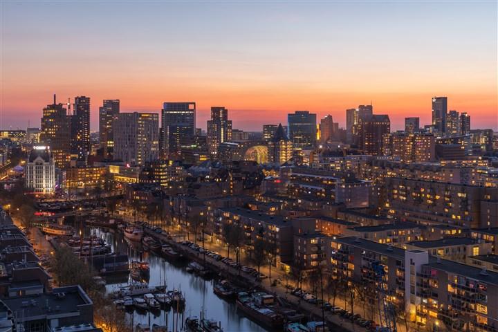 De zonsondergang in Rotterdam Centrum