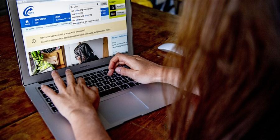 een vrouw is een baan aan het zoeken op een laptop