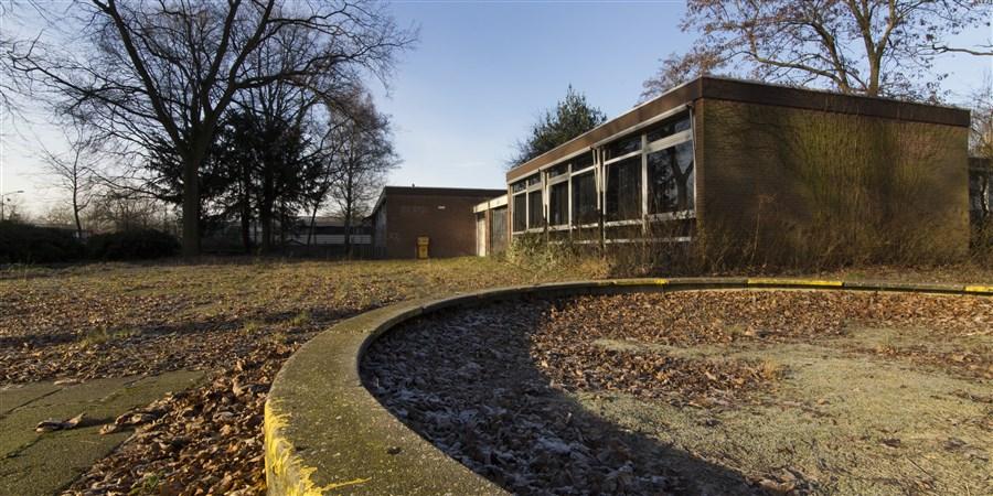 Vervallen leegstaand schoolgebouw