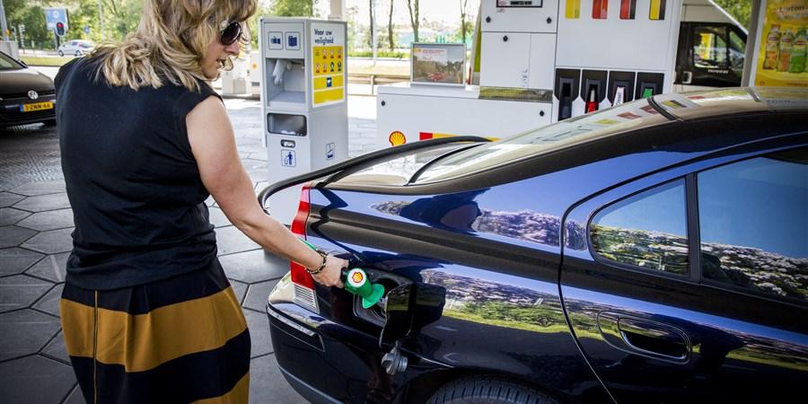 Vrouw tankt benzine
