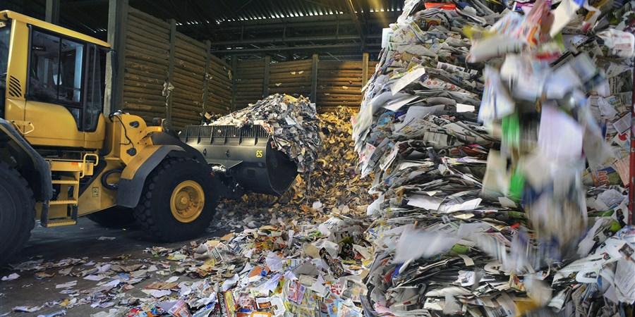 Productieproces bij de papierfabriek Norske Skog, Parenco. De aanvoer van oud papier, grondstof voor de fabriek.
