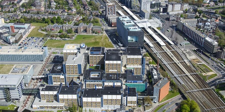 Luchtfoto van Leiden, het gebied rond het station en het LUMC