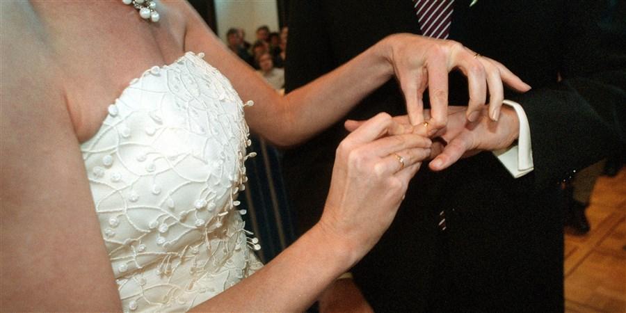 Bruidspaar wisselt ringen uit