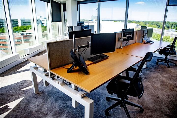 een leeg kantoor dat is ingericht op de anderhalvemetersamenleving coronaregels houd afstand 1,5 meter stickers