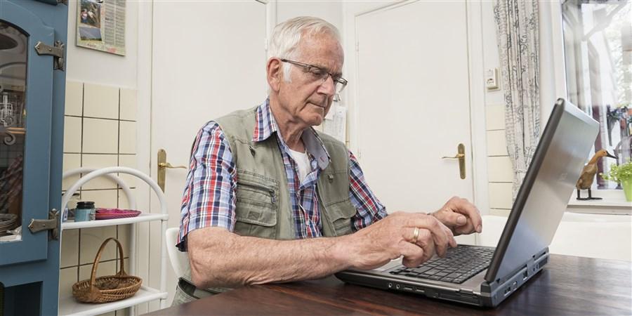 Oudere man op computer