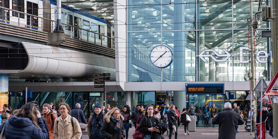 Voetgangers bij het Centraal Station in Den Haag