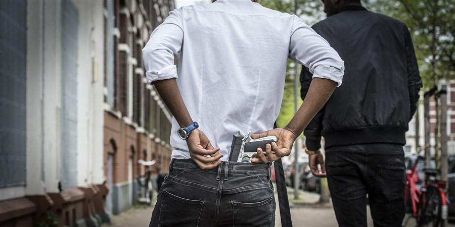 Blowende hangjongeren hangen rond een een achterbuurt in Rotterdam met een wapen en intimideren de buurt en verzorgen overlast.