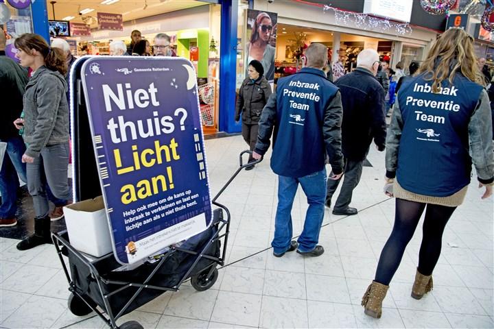 Een bord bij in Rotterdam, waarschuwt tegen Inbrekers.