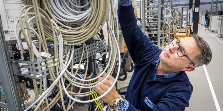 Man aan het werk in een fabriek