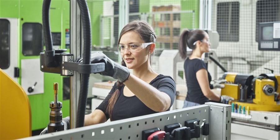 Twee vrouwen, werkend aan machines