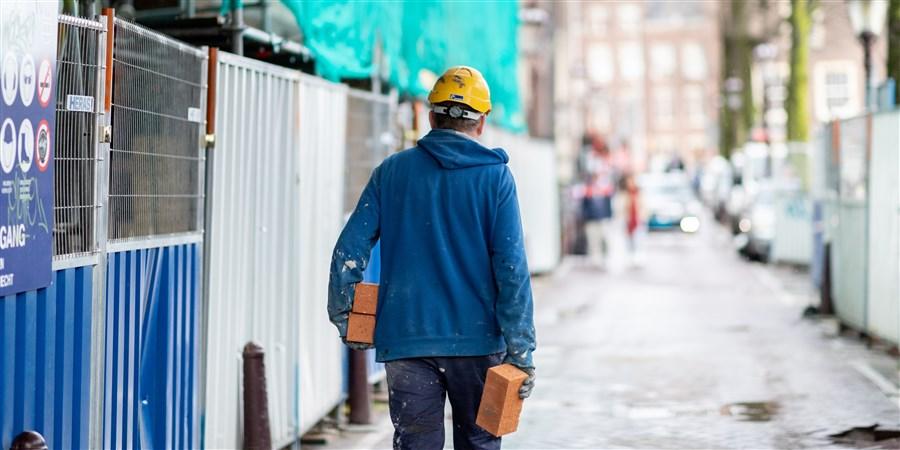 bouwvakker op bouwplaats