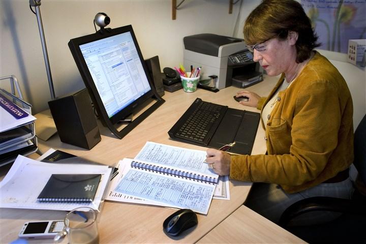 Een vrouw werkt thuis aan de computer