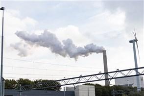 Klimaatstakers komen aan op het het centraal station van Den Haag