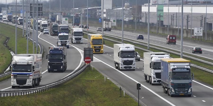 Vrachtverkeer op de autosnelweg bij de Nederlands Belgische grens bij Hazeldonk
