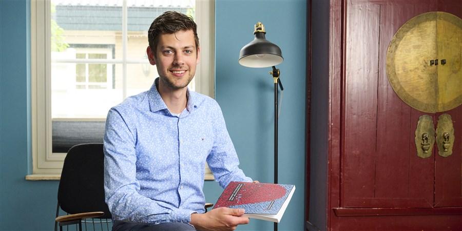 Quinten Meertens shows his PhD thesis