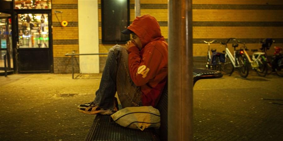 jonge dakloze eenzaam op een bankje