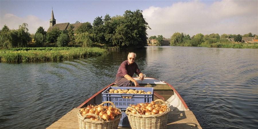 Boer vervoert aardappelen en uien per boot