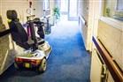 Geparkeerde scootmobiel in de gang van een bejjaardenhuis