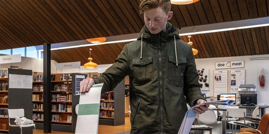Student die stemt tijdens de verkiezingen voor de provinciale staten en waterschap.