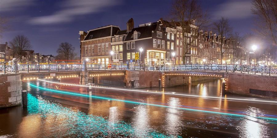Prinsengracht, Leidsegracht in Amsterdam, verlicht bij nacht.