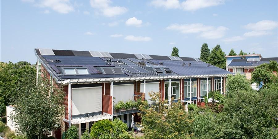 Rij van acht energiezuinige woningen in Culemborg van achterkant gezien