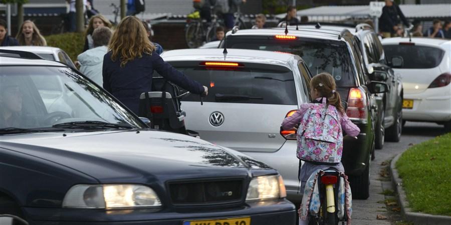 Geldermalsen Verkeersdrukte bij het uit gaan van basisschool