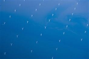 Noordzee. windmolenpark vanuit de lucht gezien