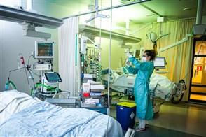Een verpleegkundige aan het werk op de intensive care