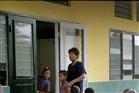 kinderen staan in de rij voor hun klas