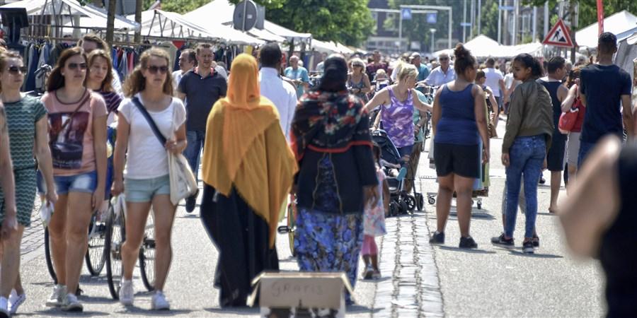 Markt met diversiteit aan bezoekers