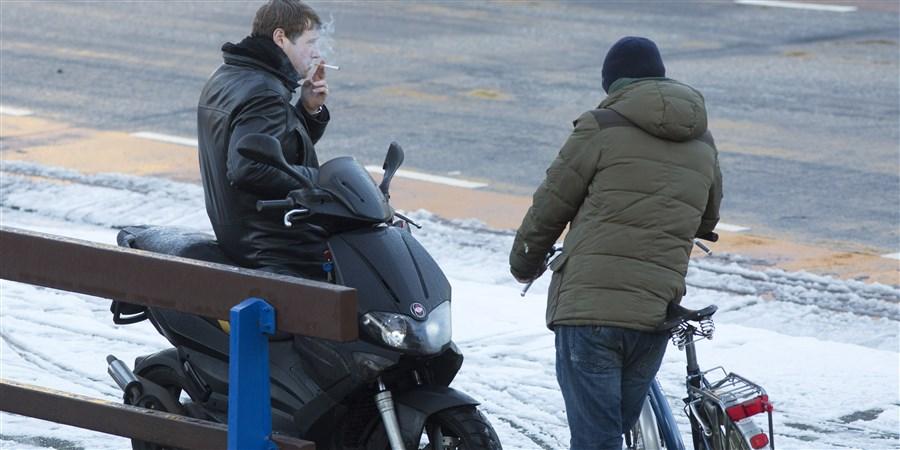 Hangjongeren roken sigaret