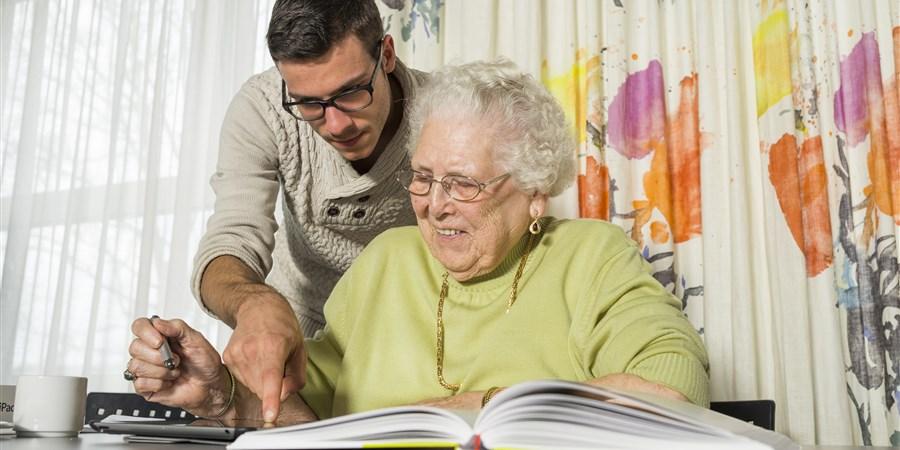 Eerste jaars studenten scalda verzorgen Ipad cursus voor ouderen in verzorgingstehuis Ter Weel