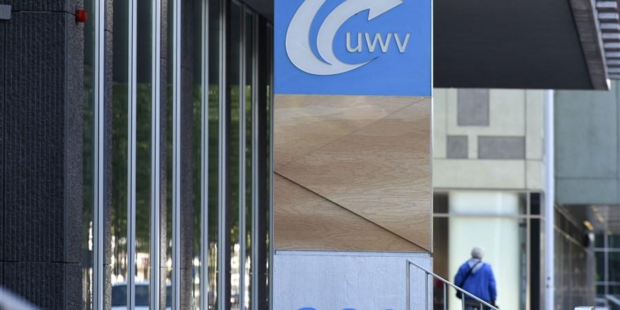 Man loopt voorbij ingang UWV