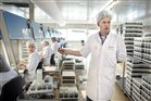 Mensen aan het werk in een laboratorium
