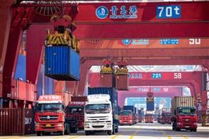 Plaatje Containers worden geladen op vrachtauto's