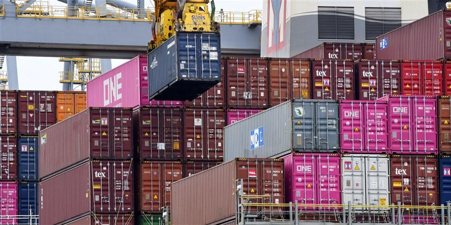 Containerschip dat in/uitgeladen wordt