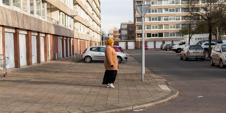 Vrouw loopt door wijk in Utrecht