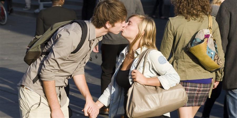 jongen en meisje kussen elkaar midden op straat