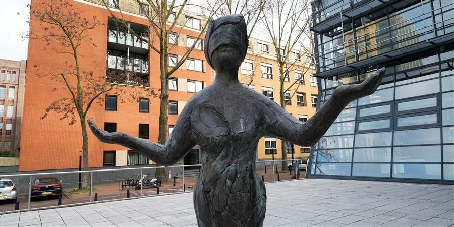 beeld van vrouwe Justitia voor de Rechtbank Utrecht