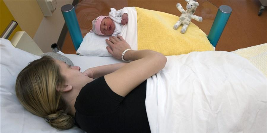 moeder en haar baby op de kraamafdeling in het ziekenhuis