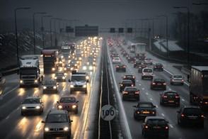 Snelweg met auto's en vrachtauto's in de spits