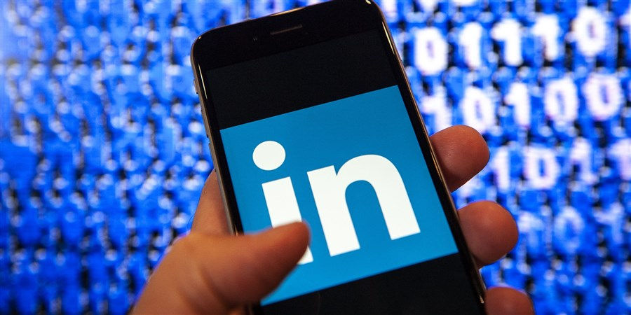Phone displaying LinkedIn-logo
