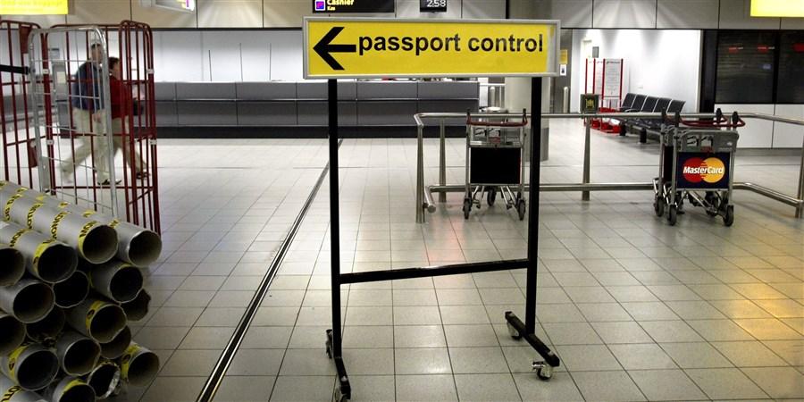 Lege ruimte bij paspoortcontrole op Schiphol.