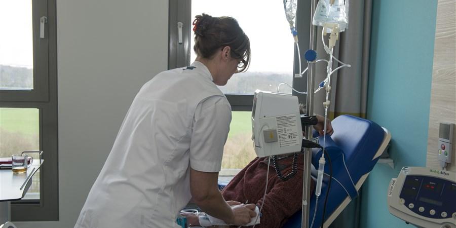 Verpleegkundige en een patiënt met infuus