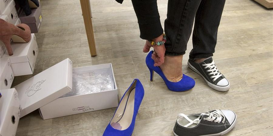 Vrouw past schoenen