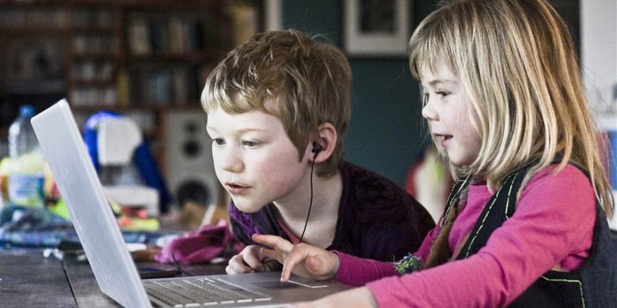 Kinderen spelen met computer
